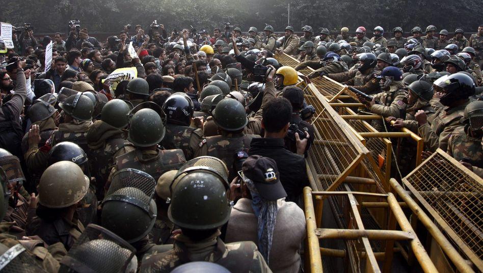 Indische Sicherheitskräfte geraten Ende Dezember 2012 mit Demonstranten aneinander: Nach dem Tod der vergewaltigten Studentin gingen landesweit Zehntausende Menschen auf die Straße