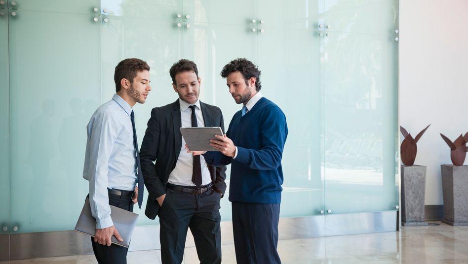 Gut verdienende Angestellte (Symbolbild): Ohnehin hohe Rentenansprüche, häufig auch zusätzlich abgesichert