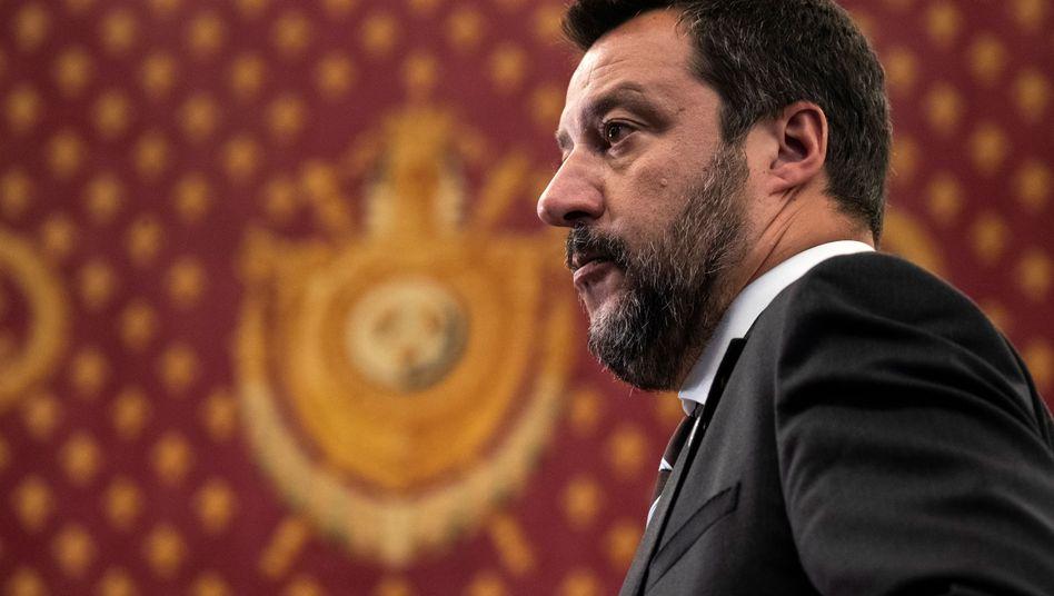 """""""Gegen meinen Willen"""": Innenminister Matteo Salvini lässt minderjährige Flüchtlinge des spanischen Rettungsschiffs """"Open Arms"""" an Land"""