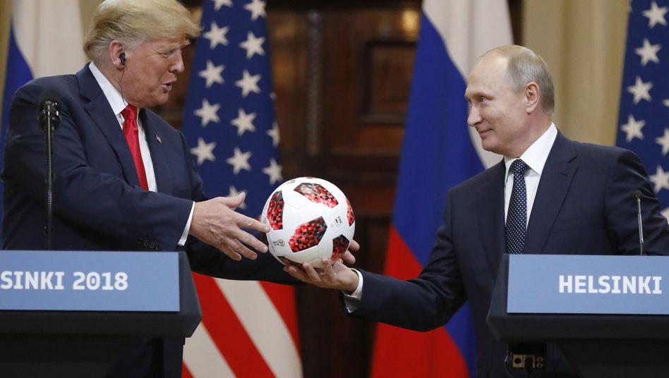 US-Präsident Donald Trump erhält einen Fußball vom russischen Präsidenten Wladimir Putin