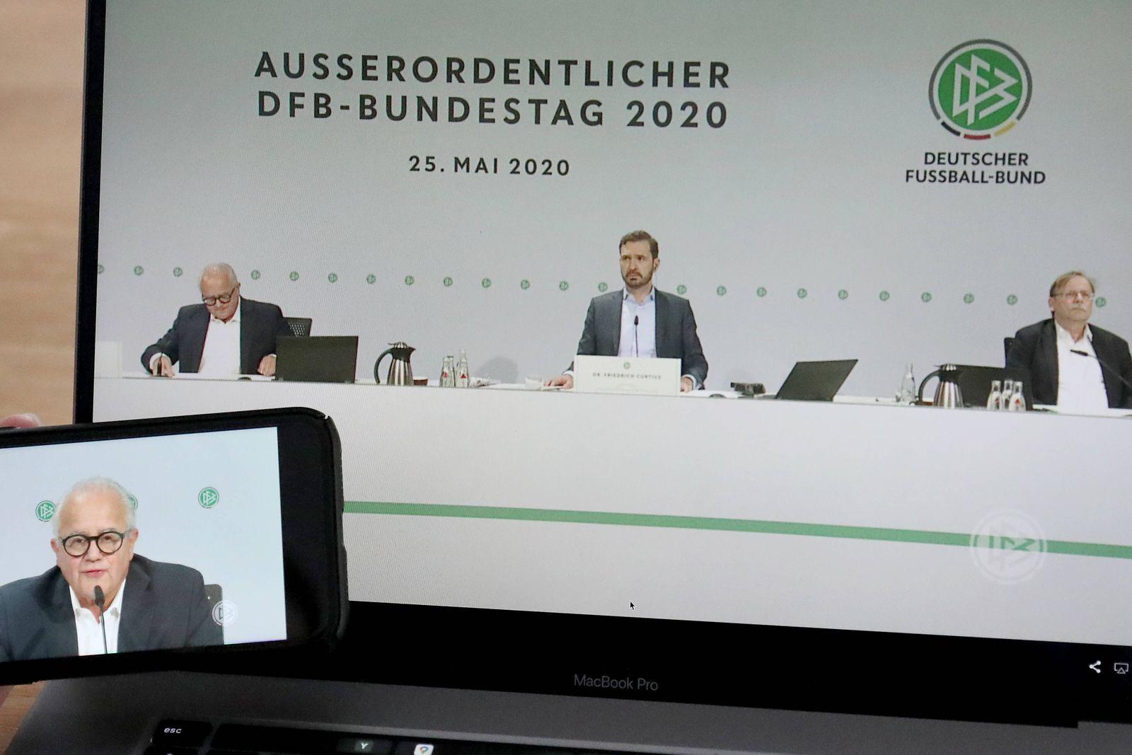 Fußball - DFB Bundestag 25.05.2020 Ein Laptop und ein Smartphone auf dem ein Livestream des DFB Bundestag läuft, DFB Gen