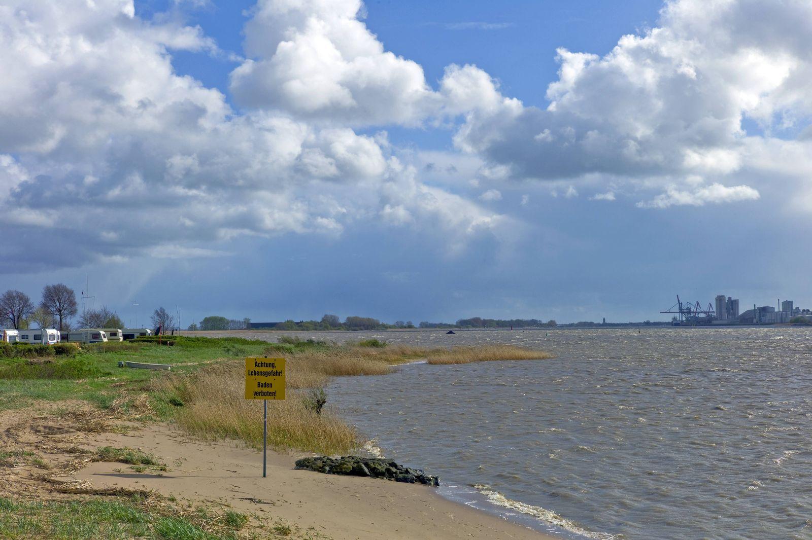 Weserstrand bei Sandstedt im Landkreis Cuxhaven im Hintergrund die Stadt Brake Deutschland PUBLICA