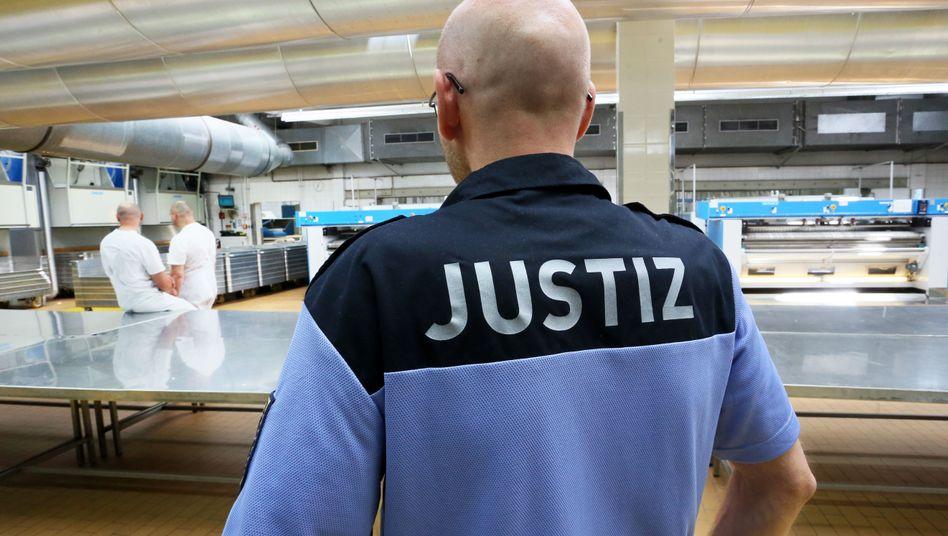 Justizmitarbeiter und Gefangene in der Wäscherei der Justizvollzugsanstalt Plötzensee