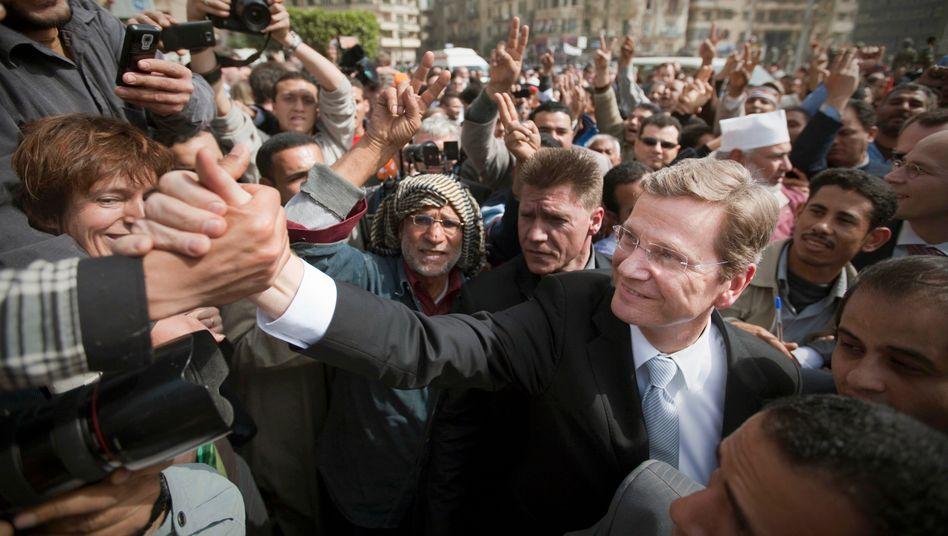 Der damalige Außenminister Westerwelle (FDP) beim Besuch des Tahrir-Platzes in Kairo am 24. Februar 2011