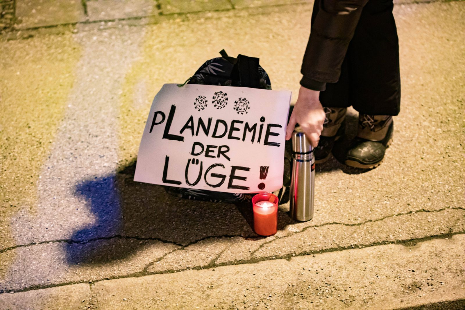 Demonstration gegen Corona Auflagen und gegen den Bayerischen Verwaltungsgerichtshof 24.01.2021 MÜNCHEN: Eine Teilnehme