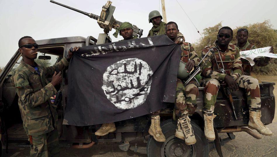 Nigerianische Soldaten mit einer Flagge von Boko Haram (Archivbild)