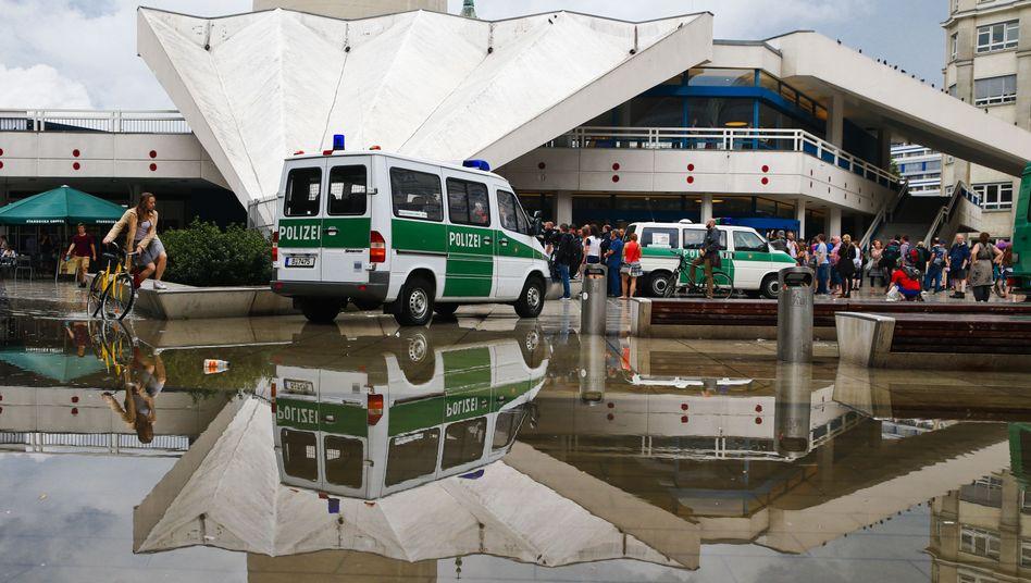 """Polizeiwagen vor dem Fernsehturm: """"Sie wollen Vertreter der Politik zu sprechen"""""""