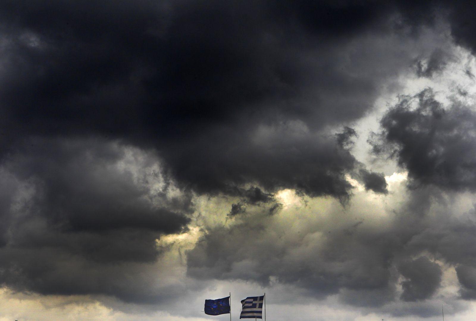 Greichenland Flaggen Symbolbild Düstere Wolken