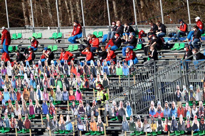 Hinter dem »Papplikum« sitzen auf den Tribünen in Oberstdorf häufig Volunteers, die zumindest ein wenig Stimmung verbreiten