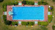 Warteschlange vorm Schwimmbecken