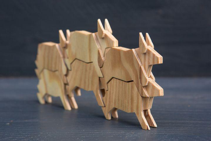 Dreilagige Stierfiguren aus Holz