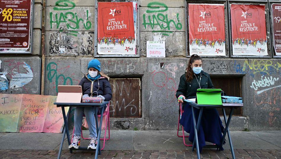 Die 12-jährigen Schülerinnen Anita und Lisa vor ihrer Schule in Turin: »Anwesend! Der Unterricht in der Klasse ist unser Recht. Vorrang für die Schule«