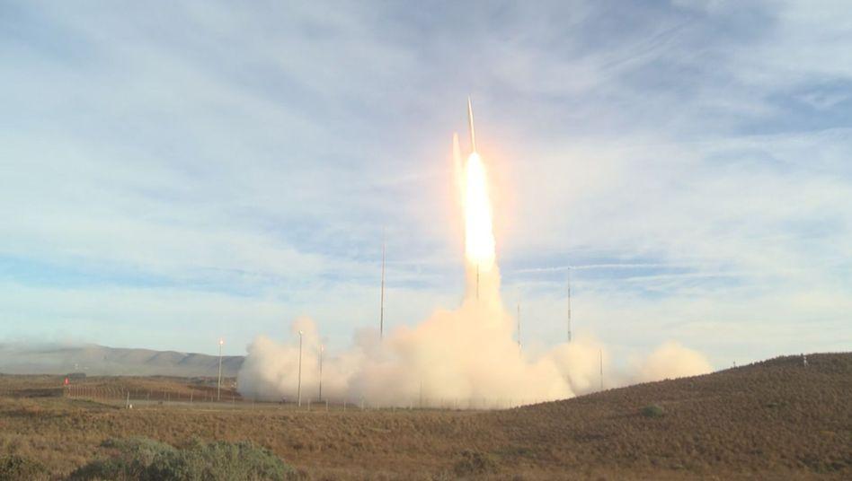 Dieses Bild soll Angaben des US-Verteidigungsministeriums zufolge eine ballistischen Rakete zeigen
