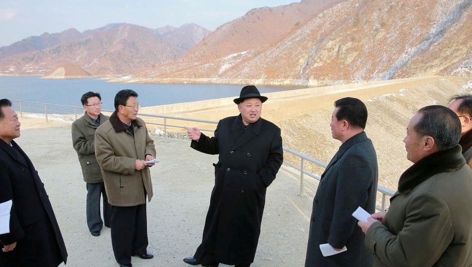 Diktator Kim Jong Un (Mitte)