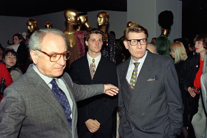 Yves Saint-Laurent (r.) und Pierre Bergé 1990