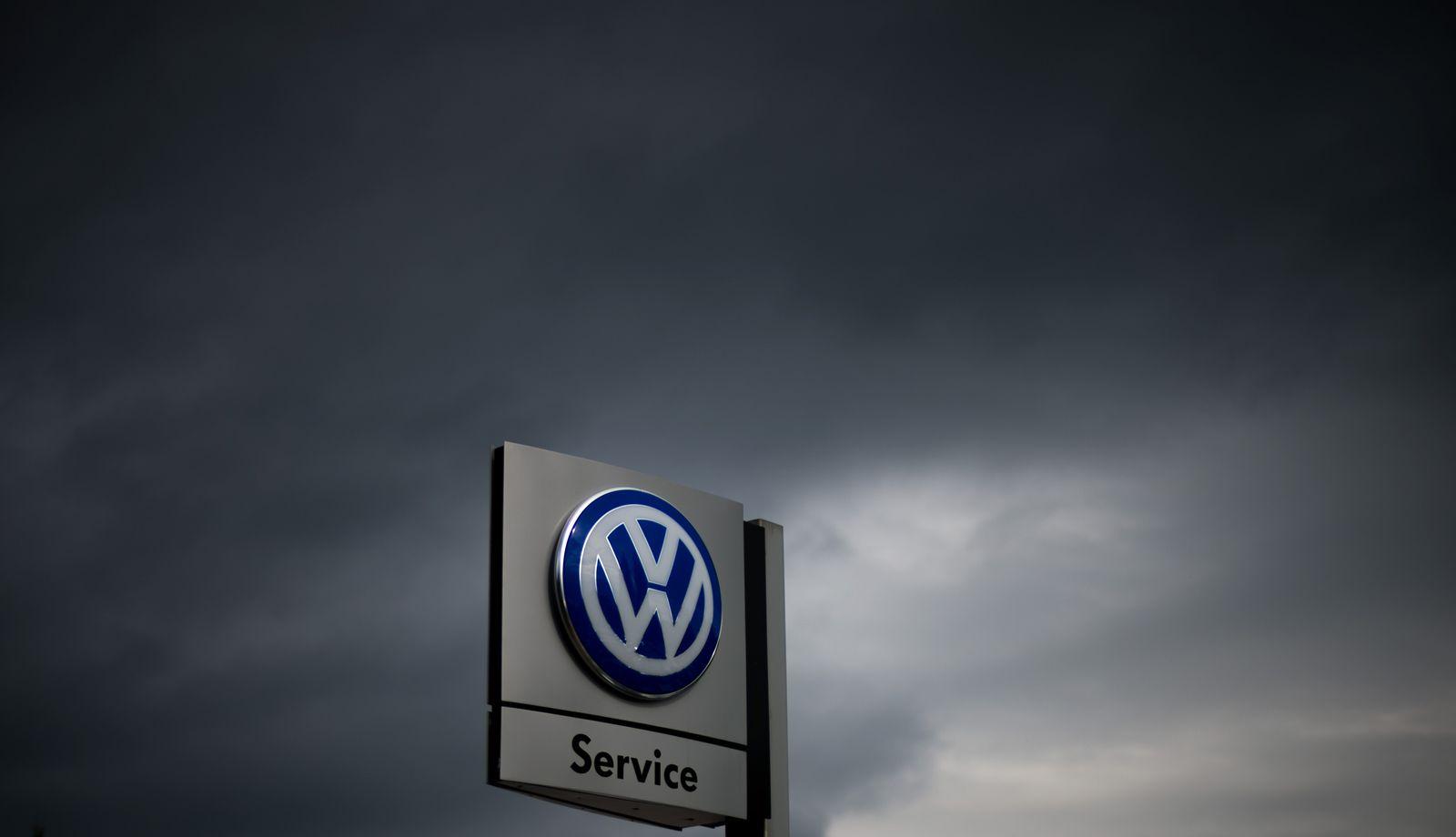 Volkswagen/ Logo/ dunkle Wolken