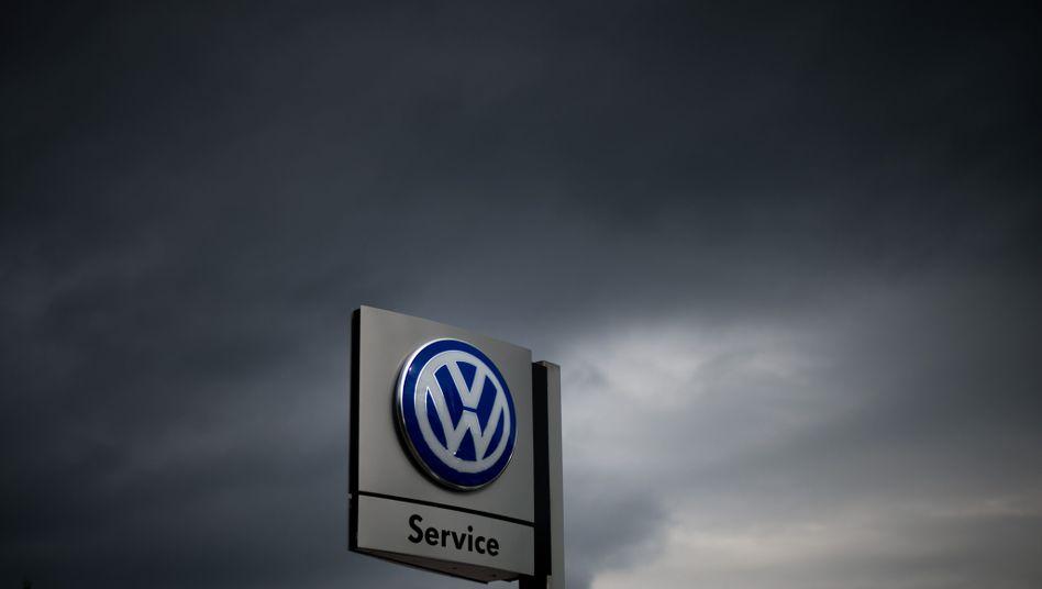 Schild eines VW-Händlers: Lösung nicht vor September 2016