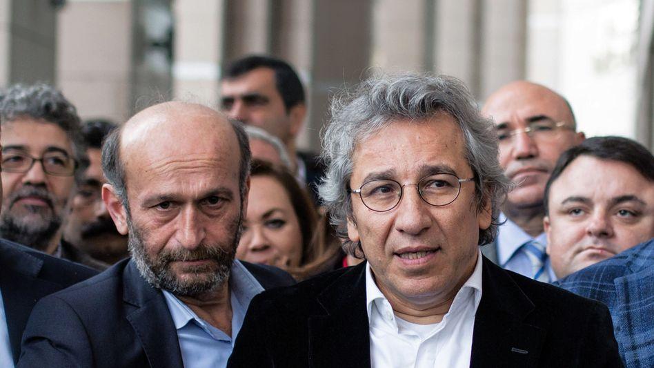 Dündar (r.) und Gül: Journalisten drohen 30 Jahre Haft oder mehr