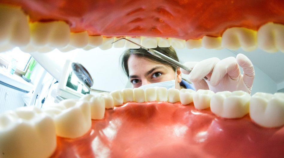 Künstliches Gebiss: Jede dritte Zahnfüllung muss nach kurzer Zeit neu behandelt werden