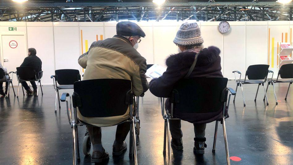 Senioren im Wartebereich des Impfzentrums in Berlin-Treptow