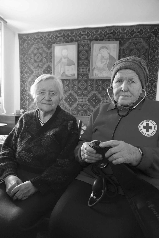 Schwester Roman bei einer Patientin