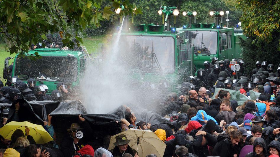 Wasserwerfereinsatz im September 2010: Strafen gegen drei Polizisten