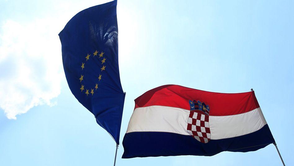 """Kroatische Flagge mit Europafahne: Keine """"Europhorie"""" auf dem Balkan"""