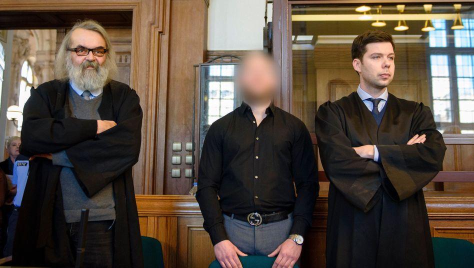 Raser Marvin N. (Mitte) mit Anwälten