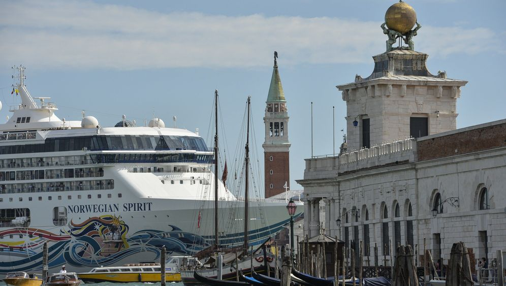 Venedig: Kreuzfahrtschiffe im Kanal