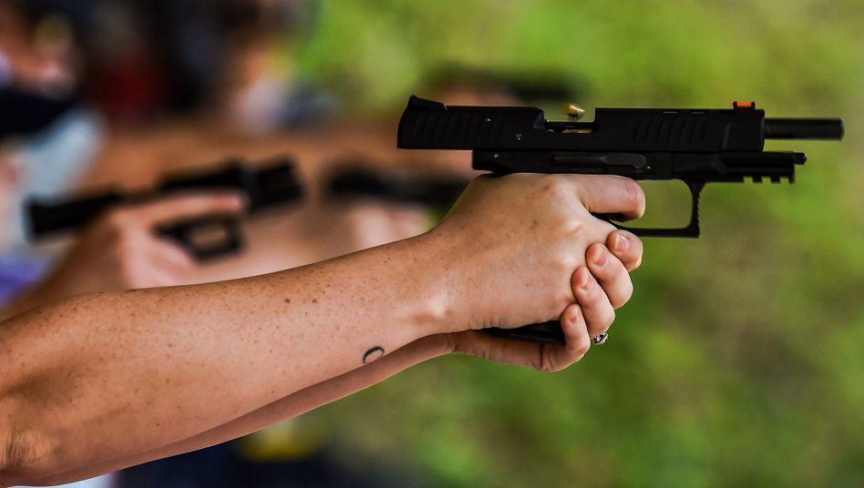 Schusswaffentraining in den USA: Verkaufszahlen und Aktienkurse von Waffenherstellern ziehen vor der Präsidentschaftswahl an