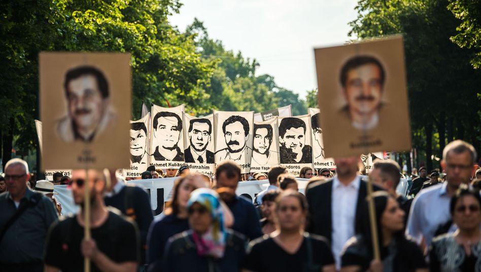 Demonstranten in München mit Abbildungen der NSU-Opfer
