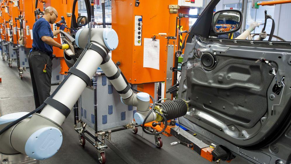 Automobilhersteller: Hier arbeiten Mensch und Maschine Hand in Hand