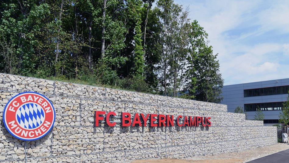 Der FC Bayern Campus wird durch Rassismusvorwürfe gegen einen Mitarbeiter erschüttert