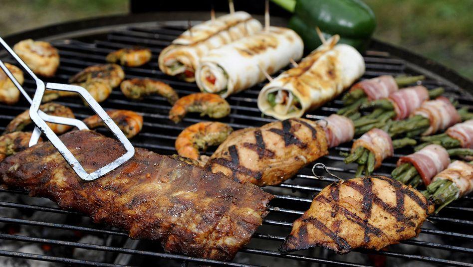 Spareribs und Hühnchen: Um sich vor Keimen zu schützen, sollte für rohes und gegartes Fleisch unterschiedliche Zangen verwendet werden.