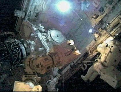 Astronaut Robinson (re.) verlässt das Space Shuttle: Suche nach Schäden in der Außenhaut