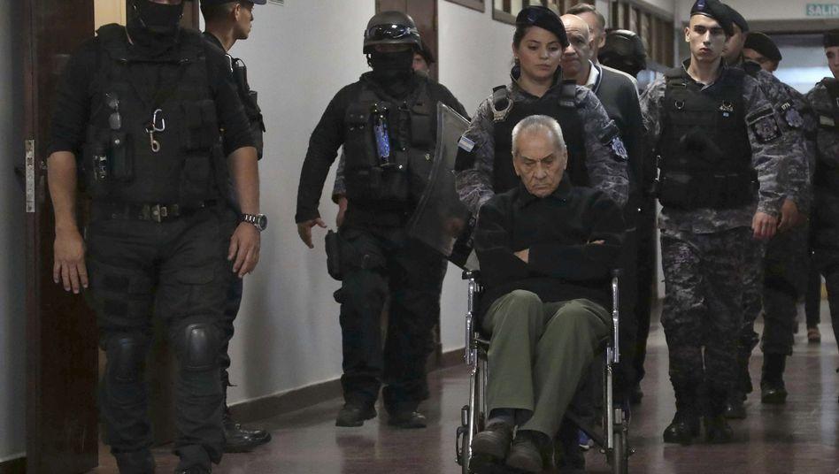Der Angeklagte Nicola Corradi wurde von schwer bewaffneten Beamten in den Gerichtssaal geleitet