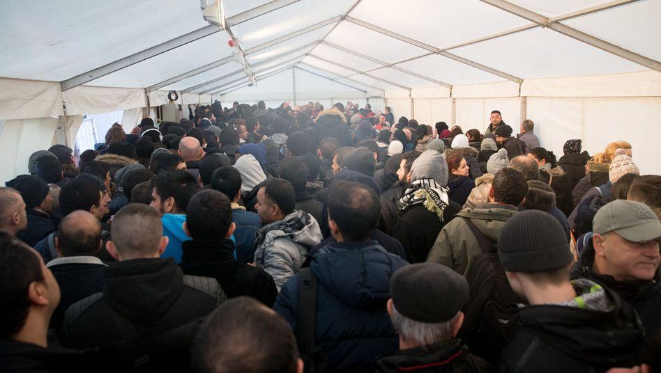 """Flüchtlinge in einem Zelt am Lageso: """"Weder geplant noch gesteuert"""""""