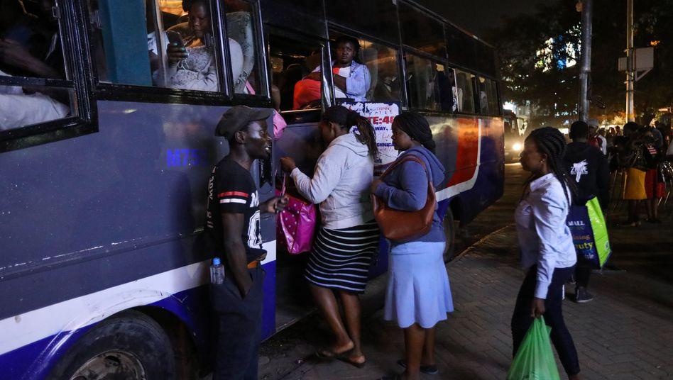 Beliebtes - weil oft einziges Transportmittel - in Kenia sind solche Überlandbusse (Symbolbild)