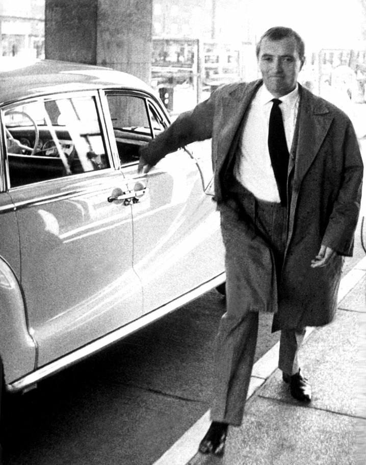 Augstein auf dem Weg ins Hamburger Polizei-Hochhaus (27. Oktober 1962)