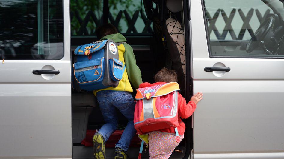 Tür auf und ab nach Hause: Kinder steigen nach der Schule in ein Auto ein (Archiv)