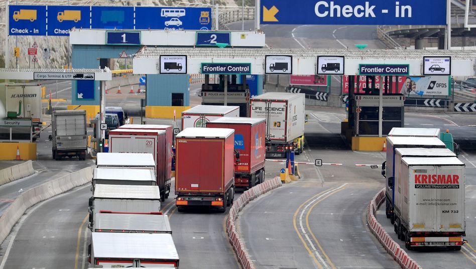Lastwagen im Hafen von Dover