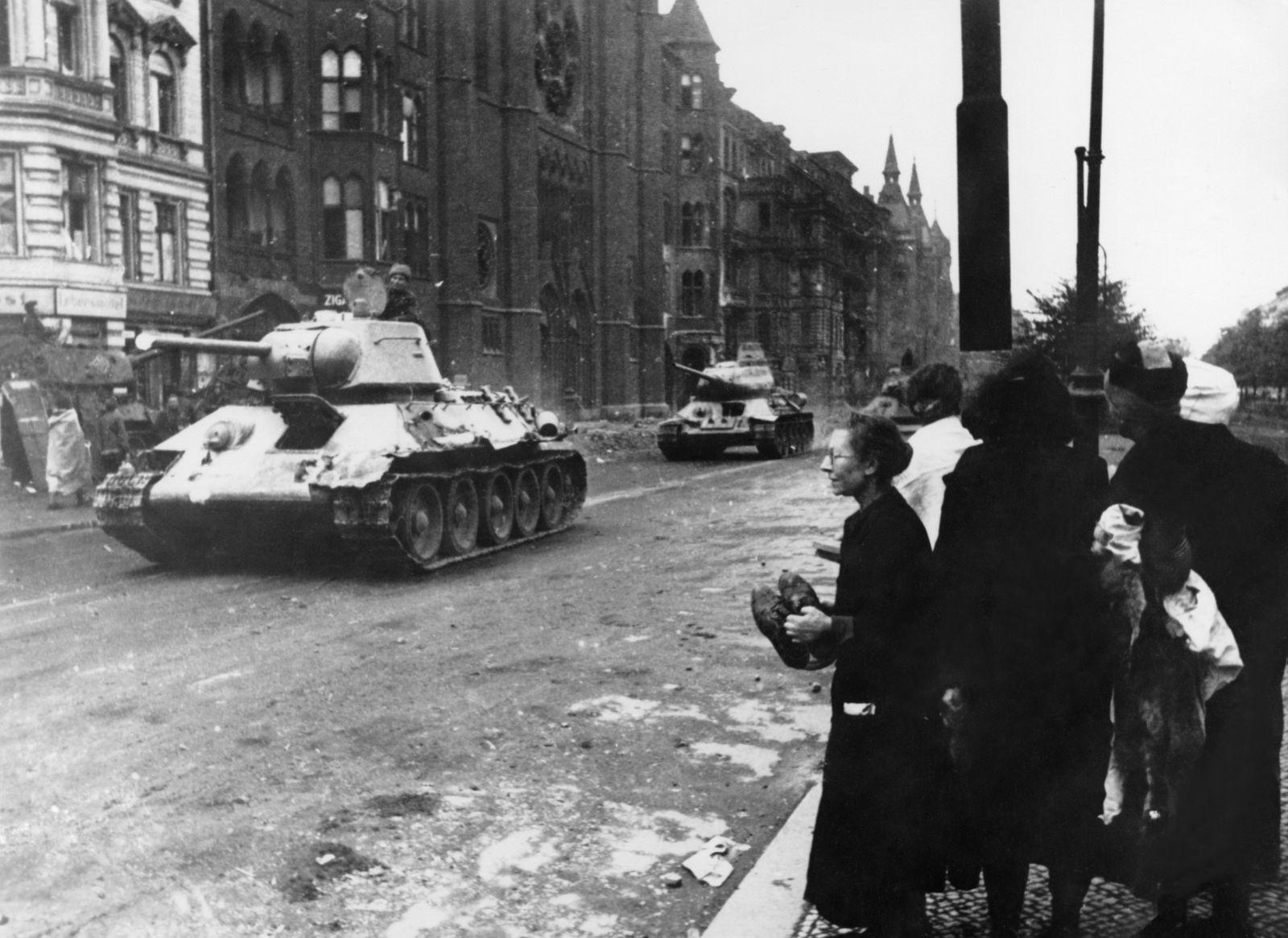 2. WK, Berlin-Kreuzberg, T 34 Panzerkolonne auf der Yorckstrasse