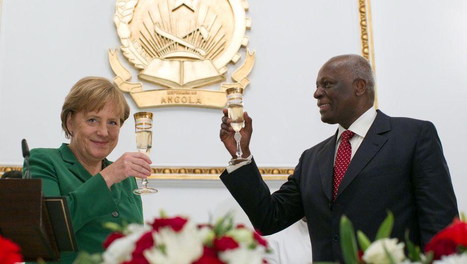 Merkel, Präsident dos Santos: Prosit auf das Rüstungsgeschäft mit Angola