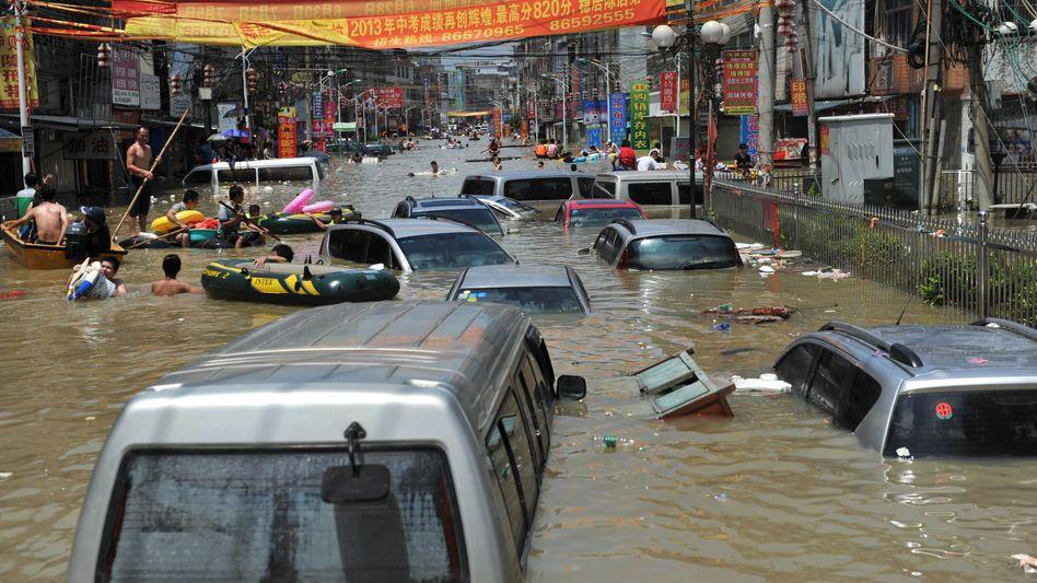 Überflutete Straße in Shantou, Südchina: Mindestens 140 Tote und 200 Vermisste