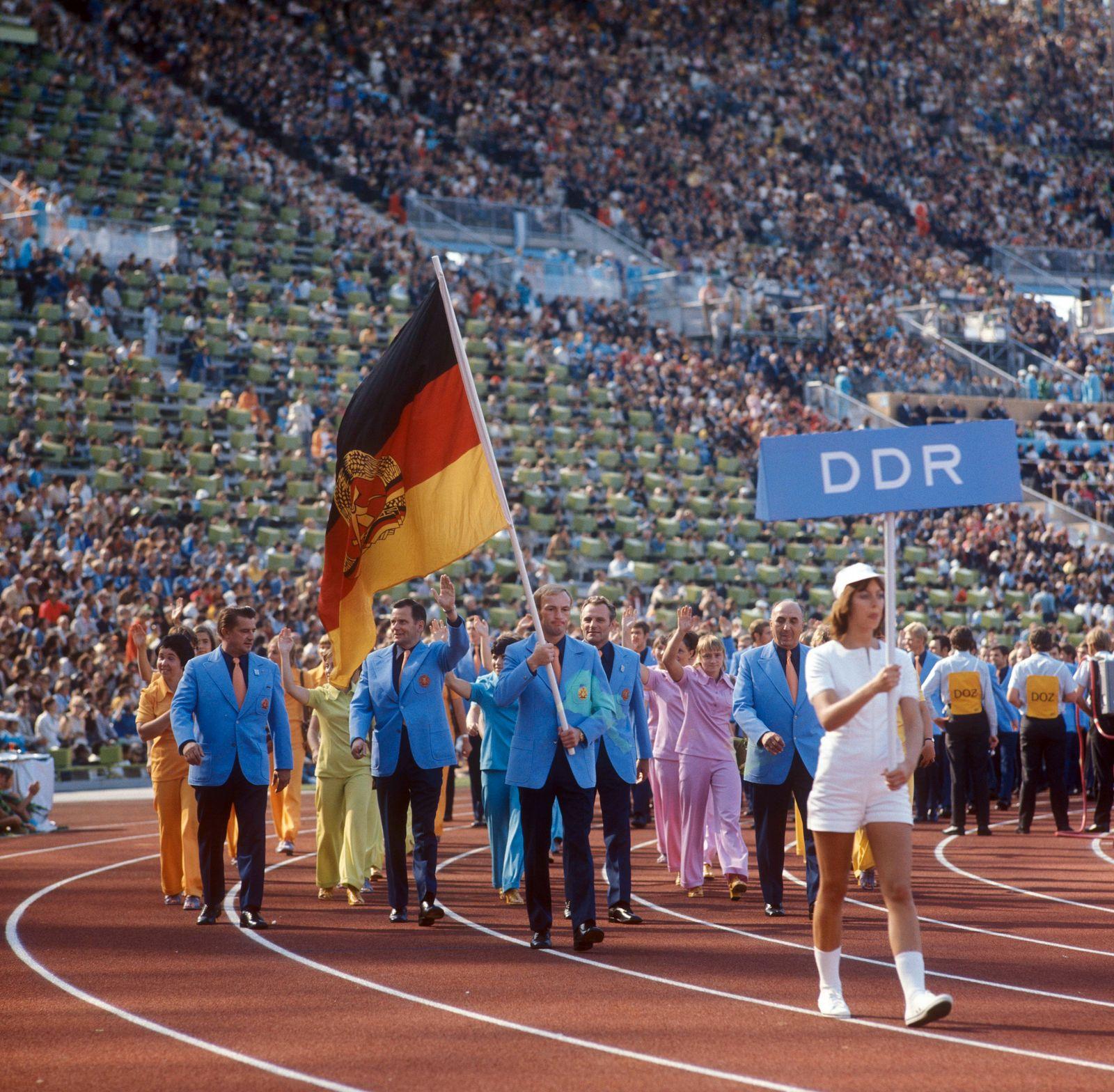 Eröffnungsveranstaltung Einmarsch der DDR Olympiamannschaft Fahnenträger Manfred Wolke geht voran