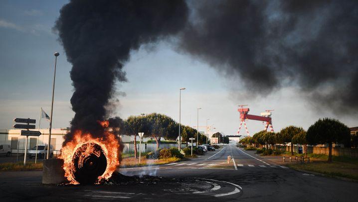 Frankreich: Brennende Barrikaden, blockierte Raffinerien