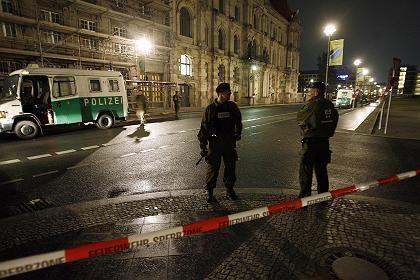 Berliner Bahnhof: Polizisten sichern den Tatort ab