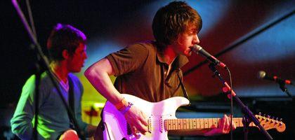 Rau, rotzig, rockig: Alex Turner (r.), Frontmann der Arctic Monkeys