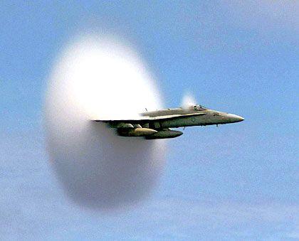 """Kampfflugzeug (Typ F/A-18 Hornet): Mit Karacho durch das """"Wolkenscheibchen"""""""