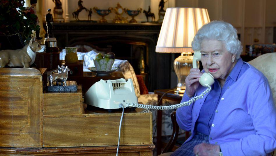Queen Elizabeth II. telefoniert auf Schloss Windsor mit Premierminister Boris Johnson